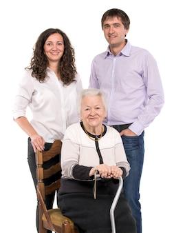 Nonna con nipoti su un muro bianco
