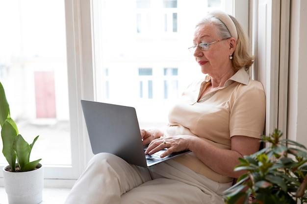 Nonno che impara a usare il dispositivo digitale