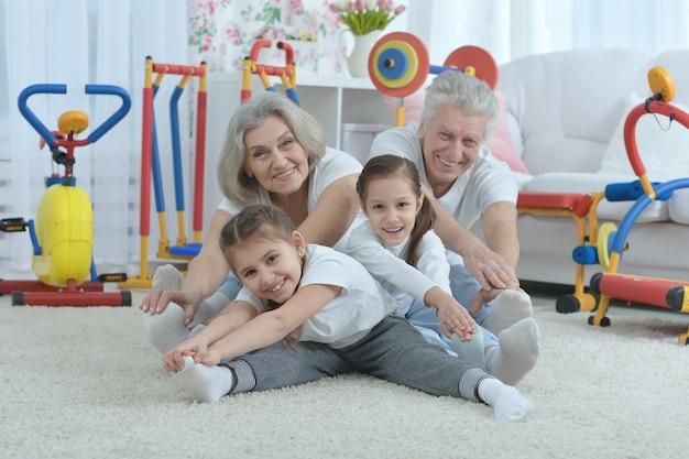 Nonni e nipotine che fanno ginnastica a casa