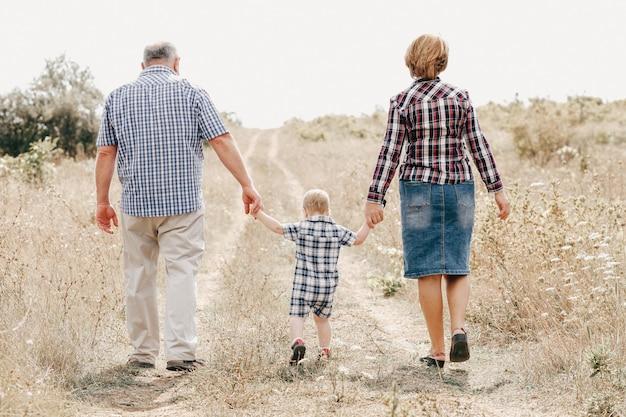 Nonni che camminano con il nipote