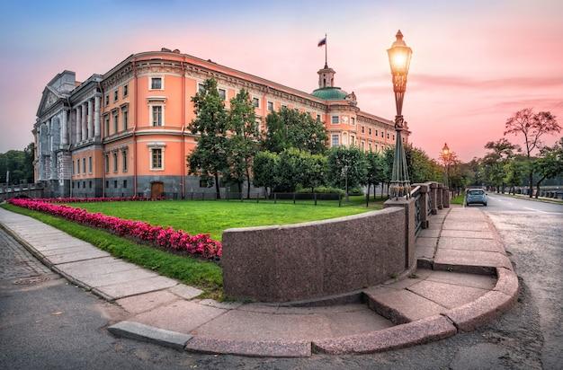 Piegatura di granito del marciapiede davanti al castello di mikhailovsky nella serata rosa estiva di san pietroburgo
