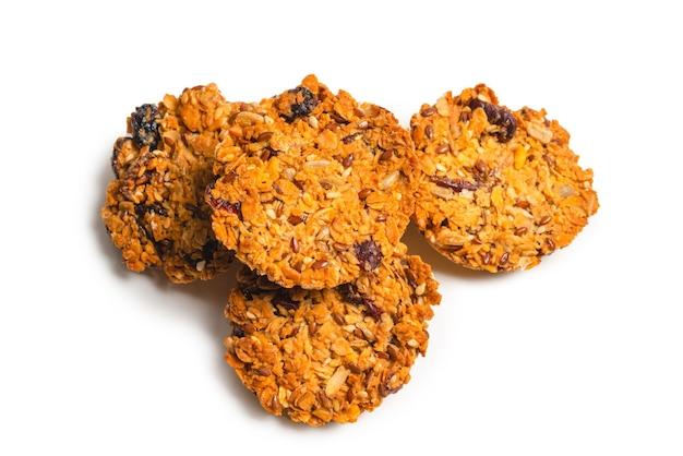 Biscotti di muesli isolati su priorità bassa bianca.