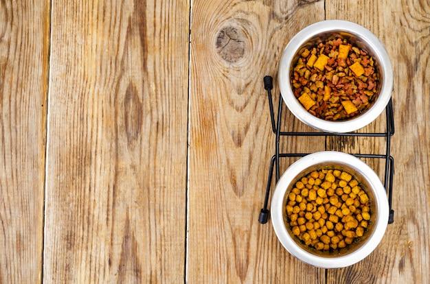 Alimento per animali domestici granulare sulla tavola di legno marrone