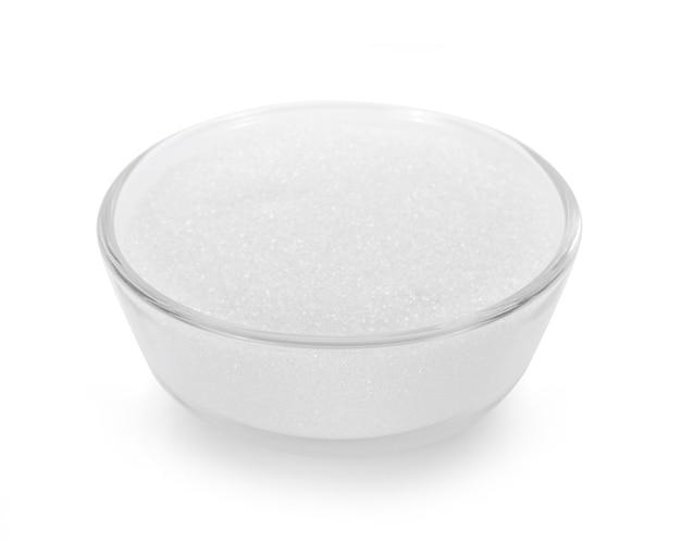 Zucchero semolato isolato su sfondo bianco.