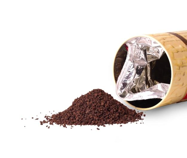 Tè granulato e una scatola aperta sulla superficie bianca