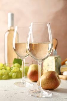 Uva, formaggio, pere, bicchieri e bottiglia con vino