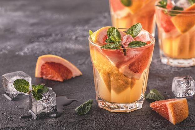 Acqua infusa frutta disintossicante cocktail fatti in casa pompelmo
