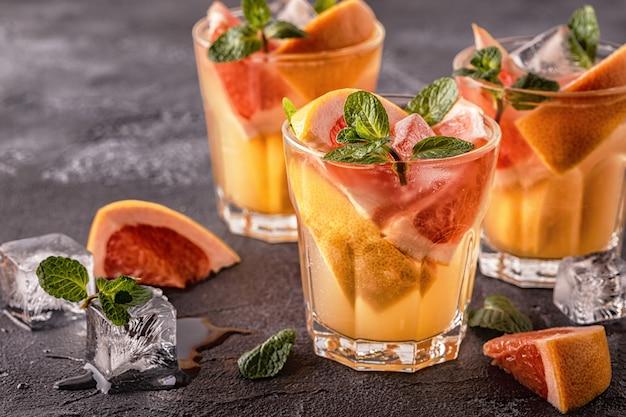 Acqua infusa cocktail / detox di frutta fatta in casa al pompelmo