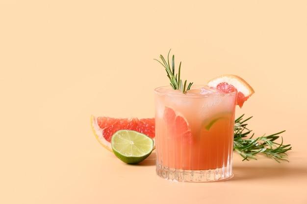 Soda di pompelmo con rametto di rosmarino guarnito con lime.