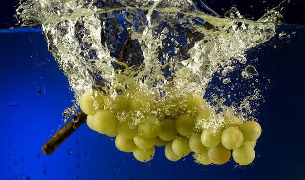 Uva gettata in acqua