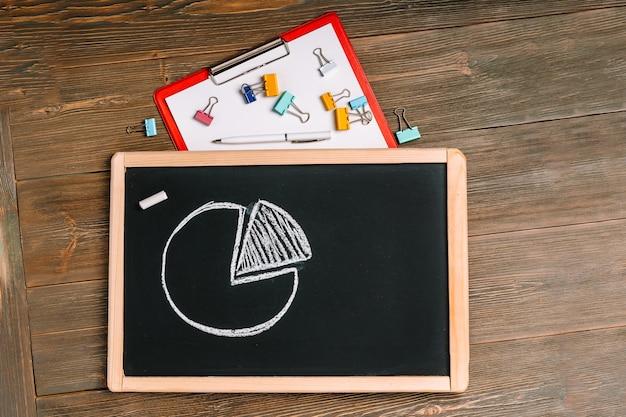 Grafico o grafico su una lavagna, una decisione aziendale e un concetto di riunione