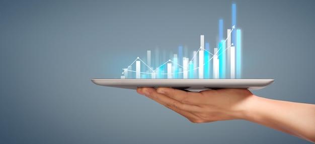Crescita del grafico e aumento degli indicatori positivi del grafico nella sua attività, tablet in una mano