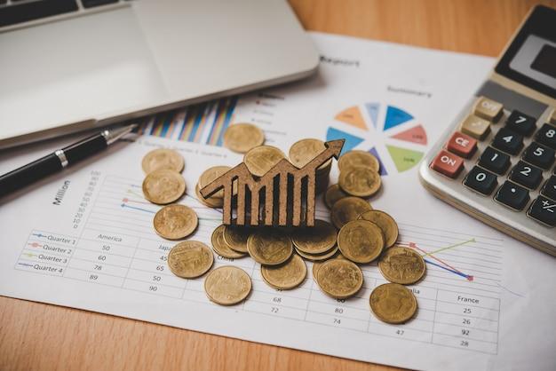 Icone del grafico disposte sul concetto-monete di obiettivi aziendali.