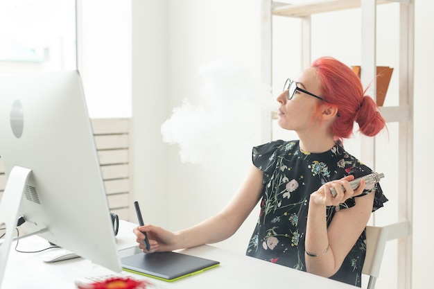 Graphic designer concept designer grafico femminile che lavora al computer durante l'utilizzo di tavoletta grafica a