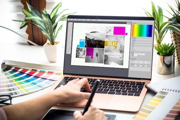 Donna del progettista grafico che lavora su un computer portatile