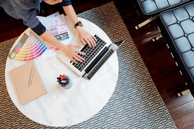 Progettista grafico che lavora al computer portatile