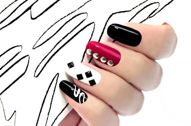 Primo piano grafico multicolore del manicure