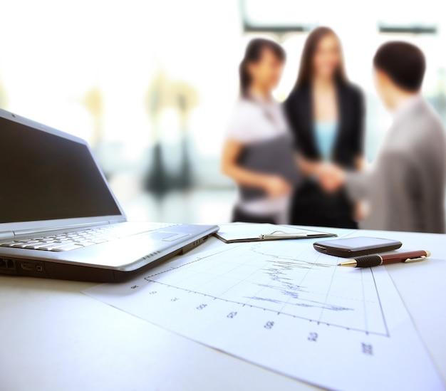 Grafici, grafici, tabella di affari. il posto di lavoro degli uomini d'affari