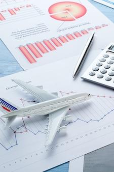 Grafici ed istogrammi, calcolatrice e aeroplano.