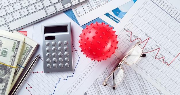 Grafici e istogrammi, virus. concetto di declino dell'economia mondiale a causa dell'epidemia di coronavirus. indicatori finanziari e ricavi in calo, il crollo dei prezzi delle azioni e dei titoli.
