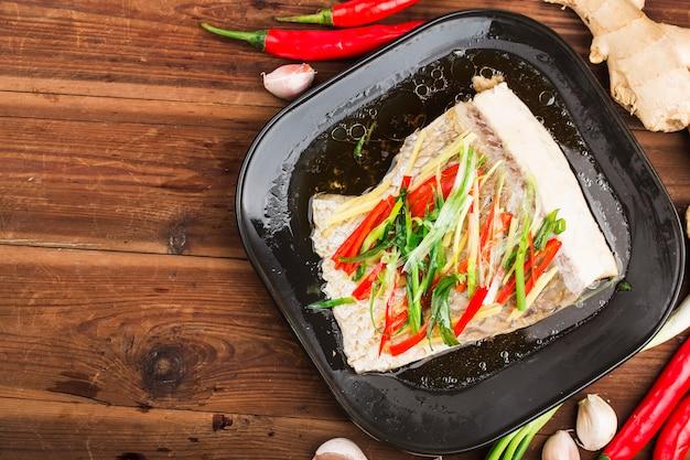Filetto di carpa erba pesce pescato carpa erba pesce pesce pelle con zenzero e cipollotto