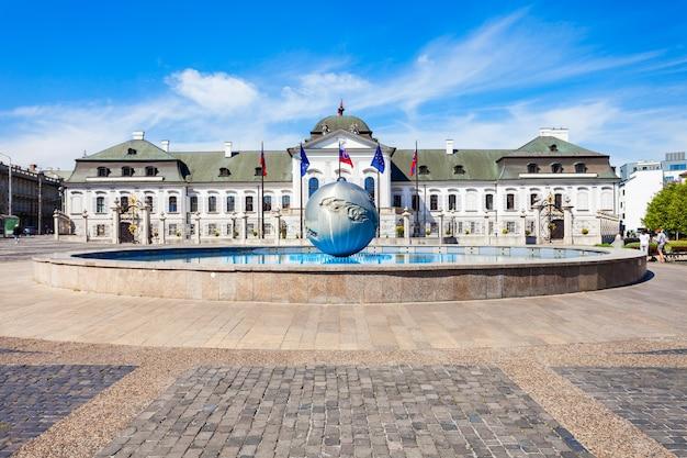 Il palazzo grassalkovich è un palazzo e la residenza del presidente della slovacchia. il palazzo grassalkovich si trova sulla piazza hodzovo namestie.