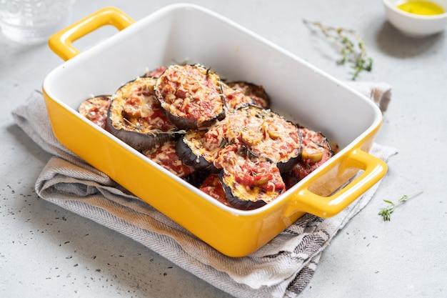 Gratin con melanzane grigliate, salsa di pomodoro, olive e formaggio