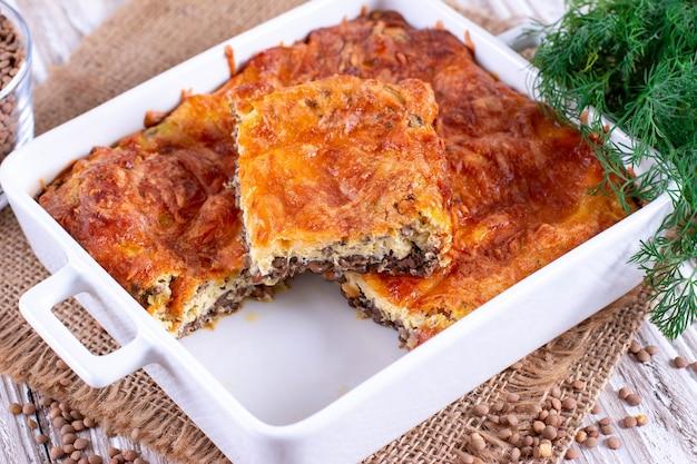 Gratin con lenticchie e formaggio. cibo semplice e sano