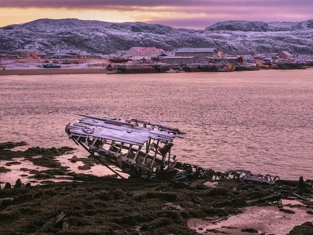 Cimitero delle navi, antico villaggio di pescatori sulla riva del mare di barents, la penisola di kola, teriberka, russia.