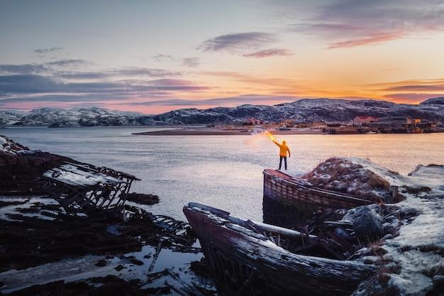 Cimitero delle navi, vista del tramonto in inverno in un antico villaggio di pescatori sulla riva del mare di barents