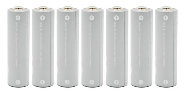 Batterie alcaline grigie isolate su sfondo bianco