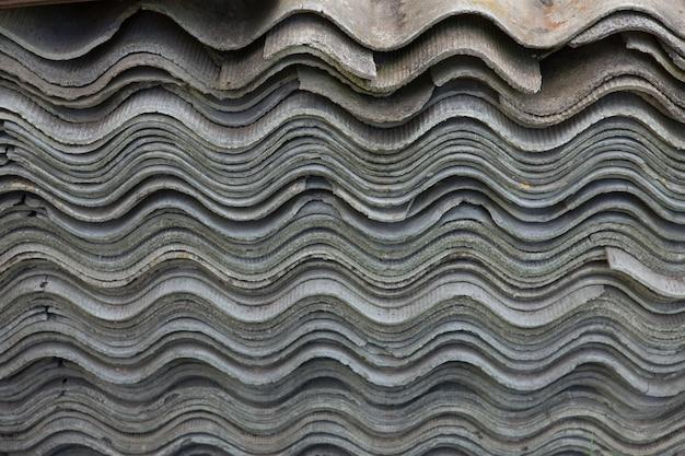 Sfondo grigio della vecchia copertura del tetto sulla casa privata.