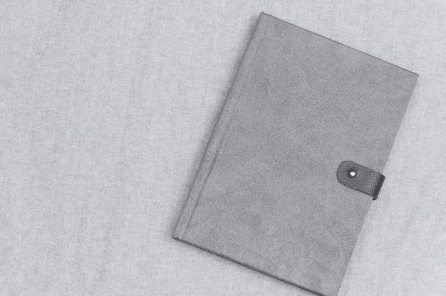 Libro libro grigio sul panno grigio