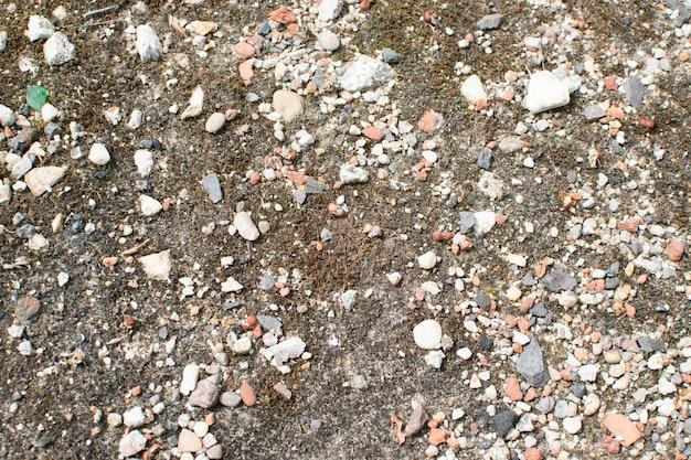 Strada di ghiaia bagnata grigia e marrone.