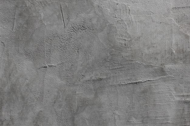 La malta cementizia grigia sul muro è irregolare con striature.