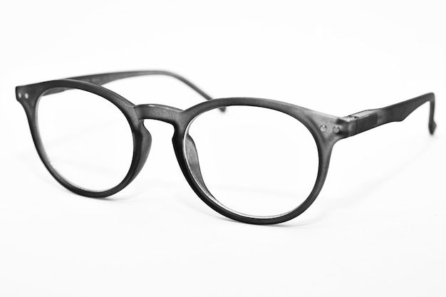 Occhiali da vista grigi isolati su superficie bianca