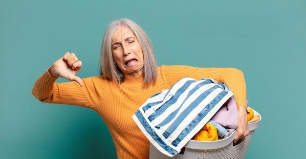 Capelli grigi donna graziosa governante lavare i vestiti