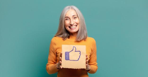 Bella donna dai capelli grigi che tiene in mano un social media come banner