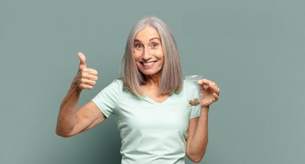Bella donna con i capelli grigi con la marijuana