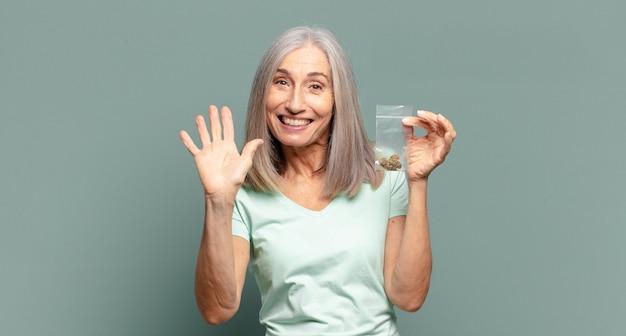 Bella donna dai capelli grigi con marijuana