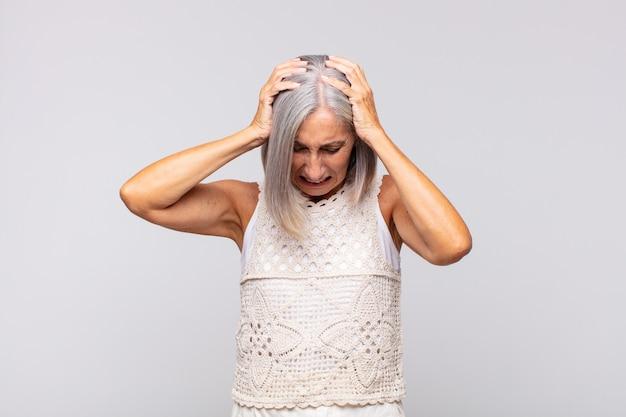 Donna dai capelli grigi che si sente stressata e frustrata
