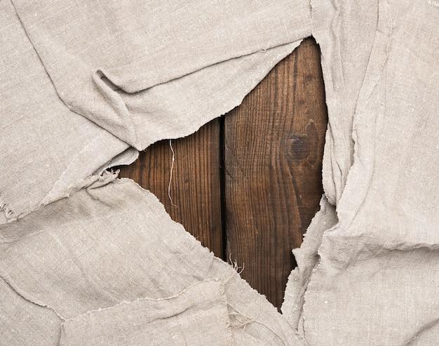 Asciugamano da cucina grigio su superficie di legno marrone, vista dall'alto