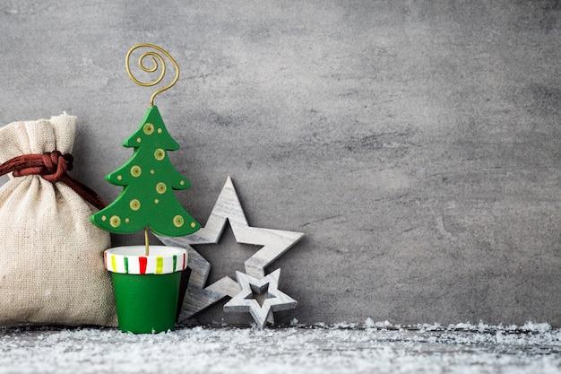 Lo sfondo di metallo grigio, decorazioni natalizie