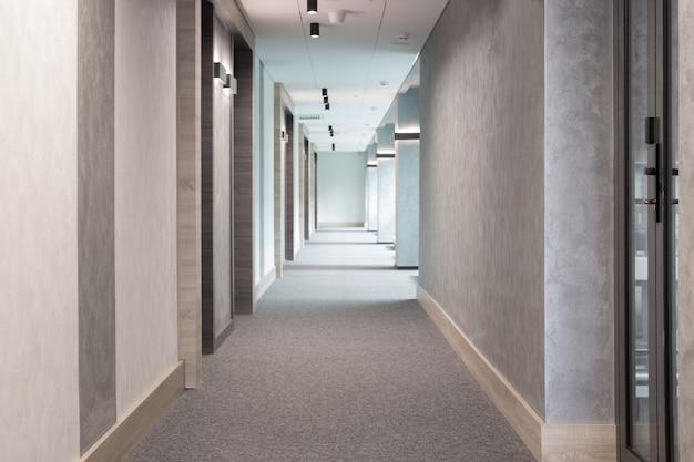 Corridoio moderno grigio con illuminazione Foto Premium