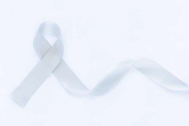 Nastro grigio su sfondo bianco isolato copia spazio. consapevolezza del cancro al cervello, tumori cerebrali, allergie, asma, consapevolezza del diabete, malattia di afasia, disturbo della malattia mentale. concetto medico sanitario.