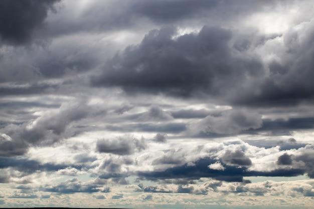Cielo grigio con nuvole