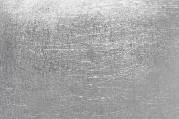 Superficie in acciaio grigio, fondo in metallo spazzolato con tracce di sfruttamento