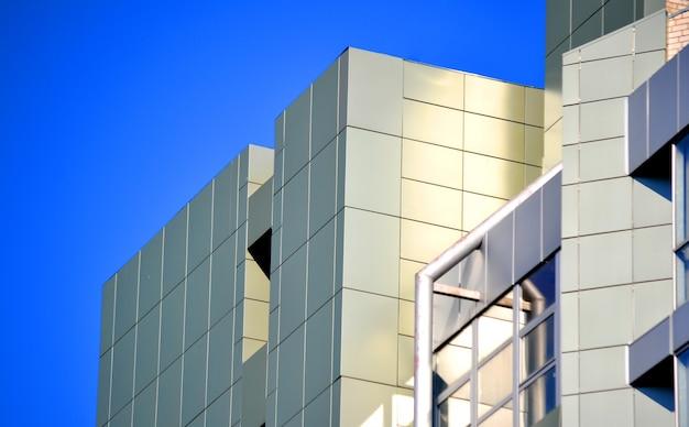 Pareti grigie di un edificio moderno