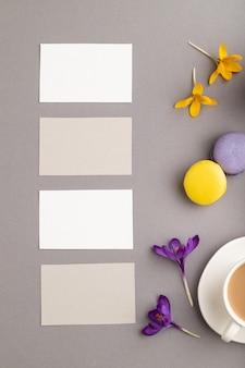 Biglietto da visita grigio e bianco con fiori di croco primaverile tazza di caffè amaretti multicolori