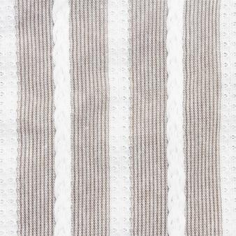 Primo piano del tessuto a strisce grigie e bianche, struttura della tovaglia